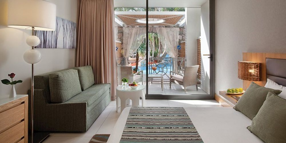 Family-Room-Pool-View